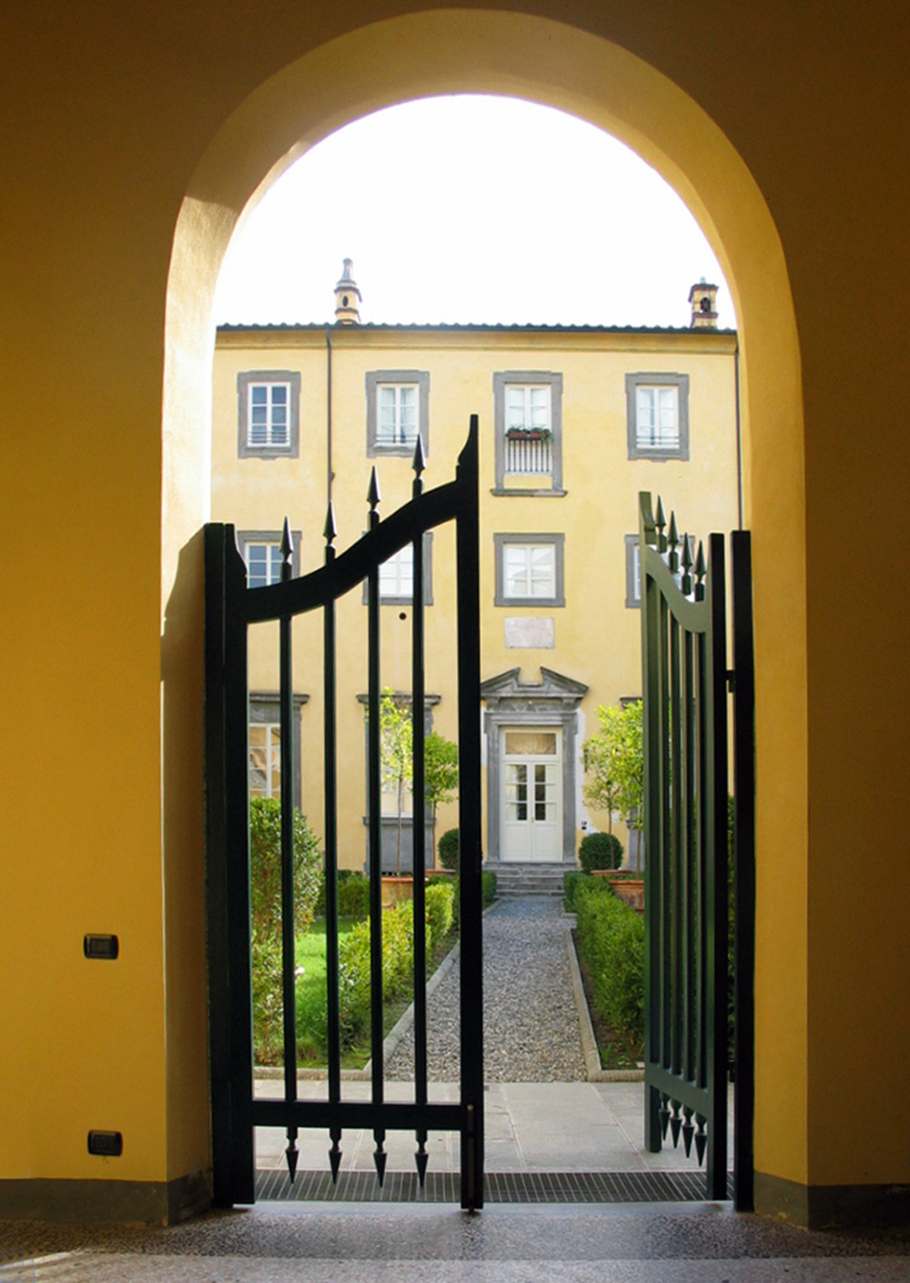 luxurious palace to rent in lucca